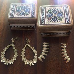 Bundle of two earrings